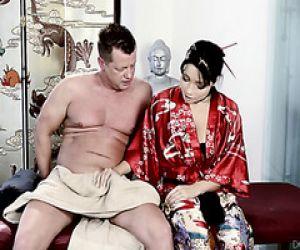 Asiatische Rina Ellis gibt full-service-massage für weißen Mann
