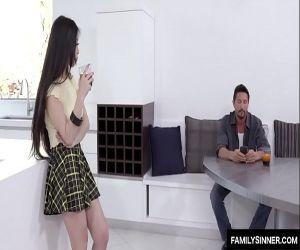 Asiatische Tochter im Schlaf mit papa