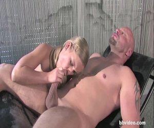 Blondes babe nimmt zwei Schwänze