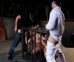 Carter Cruise bekommt veröffentlicht aus einem Käfig gefickt von zwei Jungs