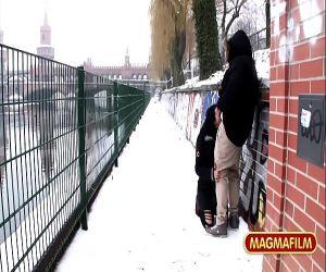 German Milf Reiten BBC in public in den Schnee von Berlin