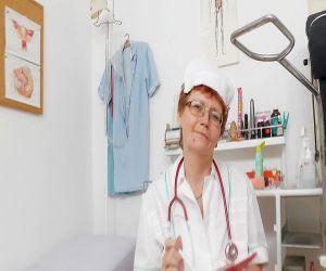Grobe solo von behaarten Kopf Krankenschwester
