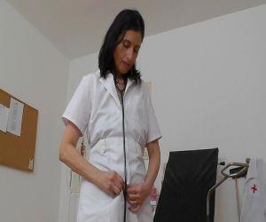 Muschi Dehnung svcene durch Reife Krankenschwester