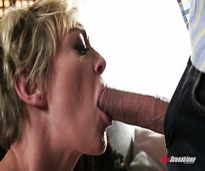 Wilde vollbusige blonde Hausfrau Dee Williams ist so in das topping steifen Schwanz